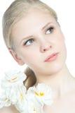 Retrato de una muchacha adolescente rubia con la flor Imagen de archivo libre de regalías