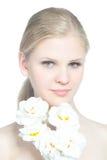 Retrato de una muchacha adolescente rubia con la flor blanca Fotografía de archivo libre de regalías