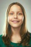 Retrato de una muchacha adolescente sonriente Imagenes de archivo