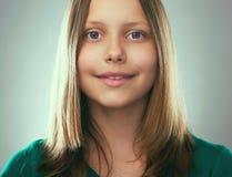 Retrato de una muchacha adolescente sonriente Imagen de archivo