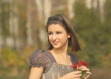 Retrato de una muchacha adolescente sonriente bonita en el otoño p Imágenes de archivo libres de regalías