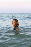 Muchacha adolescente sonriente en el mar Imagen de archivo
