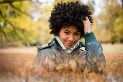 Retrato de una muchacha adolescente sonriente en el parque Imagenes de archivo
