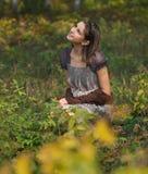 Retrato de una muchacha adolescente sonriente en parque del otoño Imágenes de archivo libres de regalías