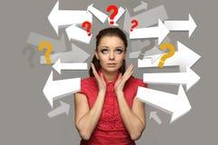 Retrato de una muchacha adolescente subrayada con los signos de interrogación Foto de archivo libre de regalías