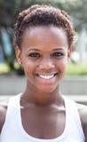 Retrato de una muchacha afroamericana con el pelo corto Foto de archivo