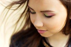 Retrato de una muchacha agraciada apacible elegante hermosa con el pelo oscuro que hace una pausa el lago Foto de archivo libre de regalías