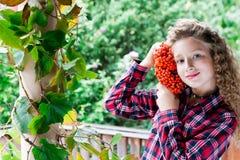Retrato de una muchacha al aire libre Foto de archivo libre de regalías