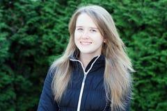 Retrato de una muchacha alegre foto de archivo libre de regalías