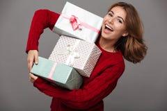 Retrato de una muchacha alegre feliz en suéter rojo Imagenes de archivo