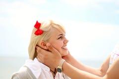 Retrato de una muchacha alegre joven Fotos de archivo libres de regalías