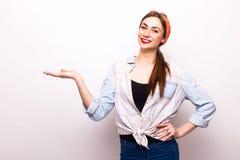 Retrato de una muchacha alegre que lleva a cabo el copyspace en la palma Fotografía de archivo