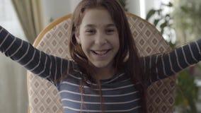 Retrato de una muchacha alegre que rasga de una bufanda del cuello La muchacha recuperada y feliz almacen de video