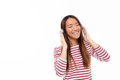 Retrato de una muchacha asiática alegre sonriente Foto de archivo libre de regalías