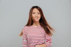 Retrato de una muchacha asiática atractiva sonriente con el pelo largo Foto de archivo
