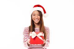 Retrato de una muchacha asiática sonriente en sombrero de la Navidad Foto de archivo libre de regalías