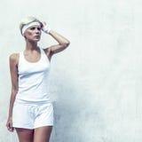 retrato de una muchacha atlética joven en una pared Fotos de archivo