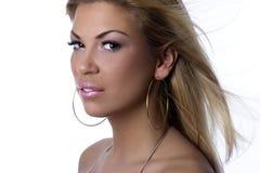 Retrato de una muchacha atractiva atractiva en blanco Imágenes de archivo libres de regalías