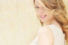 Retrato de una muchacha atractiva hermosa con los labios regordetes grandes con el pelo blanco y un finger largo lleno blanco