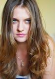 Retrato de una muchacha atractiva joven con los ojos verdes y el pelo rubio largo foto de archivo