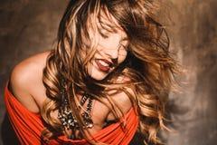 Retrato de una muchacha atractiva joven hermosa en un vestido rojo y labios rojos Imagen de archivo