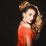 Retrato de una muchacha atractiva joven hermosa en un vestido rojo y labios rojos Fotos de archivo libres de regalías