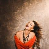 Retrato de una muchacha atractiva joven hermosa en un vestido rojo y labios rojos Fotos de archivo