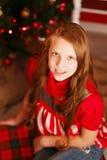 Retrato de una muchacha bastante adolescente con el pelo largo en interior con C Fotografía de archivo