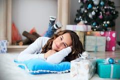 Retrato de una muchacha bastante adolescente con el pelo largo que fluye Foto de archivo libre de regalías