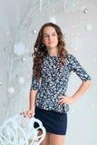 Retrato de una muchacha bastante adolescente con el pelo largo que fluye Fotos de archivo
