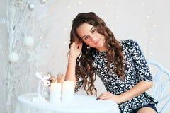 Retrato de una muchacha bastante adolescente con el pelo rizado largo que fluye Fotografía de archivo
