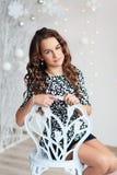 Retrato de una muchacha bastante adolescente con el pelo rizado largo que fluye Imagenes de archivo