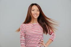 Retrato de una muchacha bastante asiática feliz con el pelo largo Imágenes de archivo libres de regalías