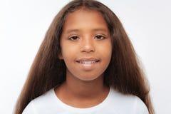 Retrato de una muchacha bastante pre-adolescente con el pelo castaño Imagen de archivo