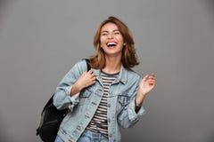 Retrato de una muchacha bonita alegre en chaqueta del dril de algodón Foto de archivo libre de regalías