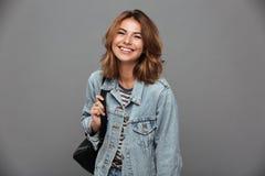 Retrato de una muchacha bonita alegre en chaqueta del dril de algodón Foto de archivo