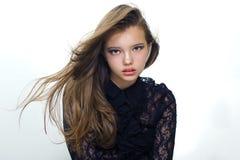 Retrato de una muchacha bonita con el pelo del vuelo Fotografía de la manera Imagenes de archivo