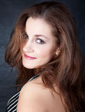 Retrato de una muchacha bonita con el pelo largo fotos de archivo