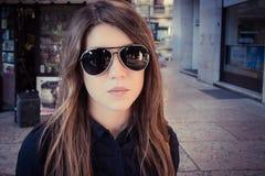 Retrato de una muchacha bonita en las gafas de sol al aire libre Foto de archivo libre de regalías