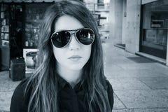 Retrato de una muchacha bonita en las gafas de sol al aire libre Fotografía de archivo libre de regalías