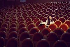 Retrato de una muchacha bonita en un cine Fotos de archivo libres de regalías
