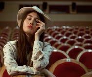 Retrato de una muchacha bonita en un cine Fotografía de archivo
