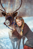 Retrato de una muchacha bonita joven con un reno Fotografía de archivo
