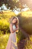 Retrato de una muchacha bonita que camina en prado Fotografía de archivo libre de regalías