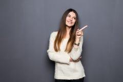 Retrato de una muchacha bonita que señala el finger lejos Fotos de archivo libres de regalías