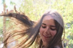 Retrato de una muchacha bonita que sonríe y que liga con la cámara foto de archivo libre de regalías