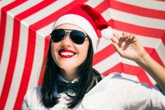 Retrato de una muchacha bonita sonriente en el sombrero de Santa Claus Fotografía de archivo