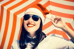 Retrato de una muchacha bonita sonriente en el sombrero de Santa Claus Imágenes de archivo libres de regalías
