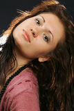 Retrato de una muchacha cabelluda oscura fotografía de archivo