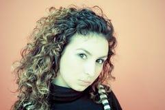Retrato de una muchacha cabelluda rizada Foto de archivo libre de regalías